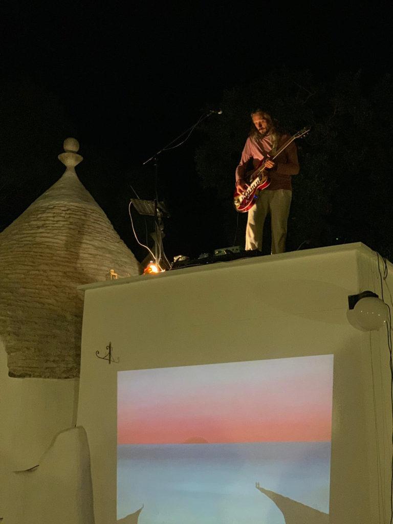 live sul tetto del trullo durante la residenza artistica Dreamtime (Puglia 2019)
